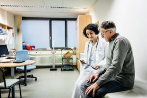 « J'urine difficilement » : comprendre puis conseiller la personne âgée à domicile