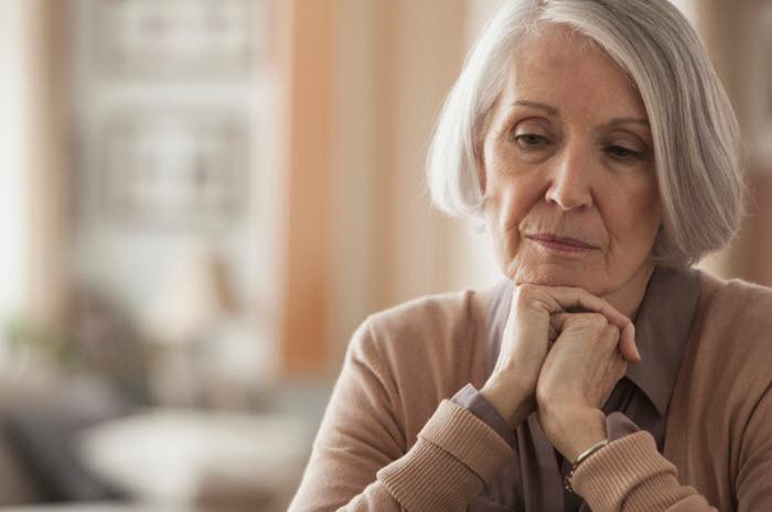 « Mon parent âgé me téléphone souvent la nuit », comment comprendre ce comportement et que faire ?