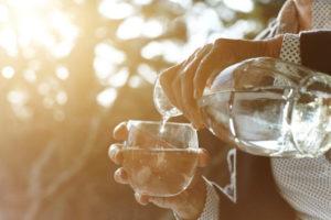 «Je n'ai pas soif» : comment aider son proche âgé à boiresuffisamment ?