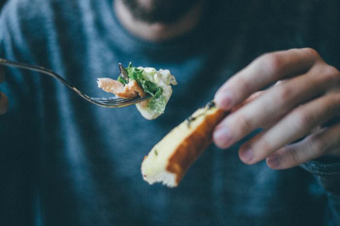Le manger-main (ou finger food), une nouvelle autonomie pour les personnes âgées dépendantes