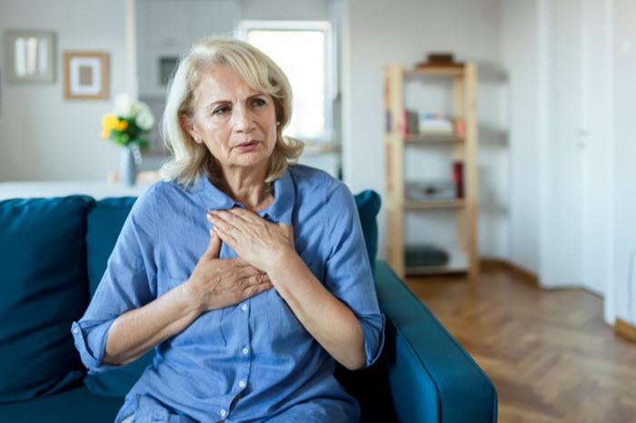 « J'ai des palpitations » : cette personne âgée à domicile doit-elle s'inquiéter ?
