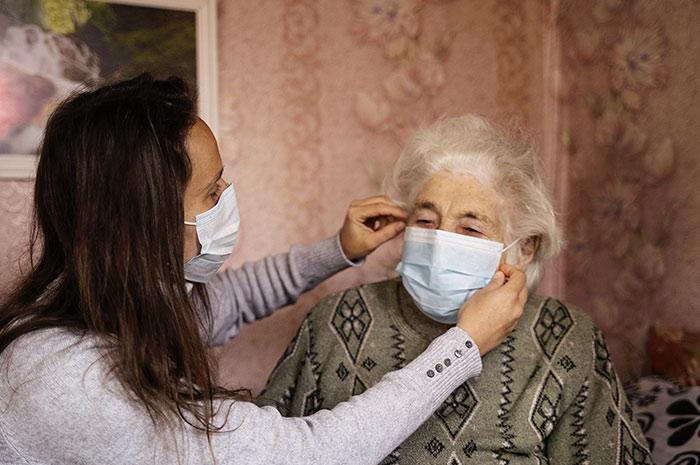 Les personnes atteintes de la maladie d'Alzheimer sont-elles plus vulnérables face au Covid-19?